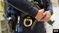 Un agente de la policía alemana fuertemente armado vigila…