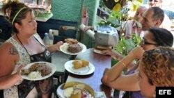 """Varias personas esperan para ser atendidas en una cafetería de un trabajador """"cuentapropista"""" en La Habana."""