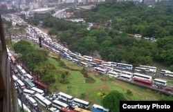 """Caracas se llenó de autobuses costeados por PDVSA para la """"marea roja"""" de Maduro. Foto Iván Arteaga, El Nacional"""