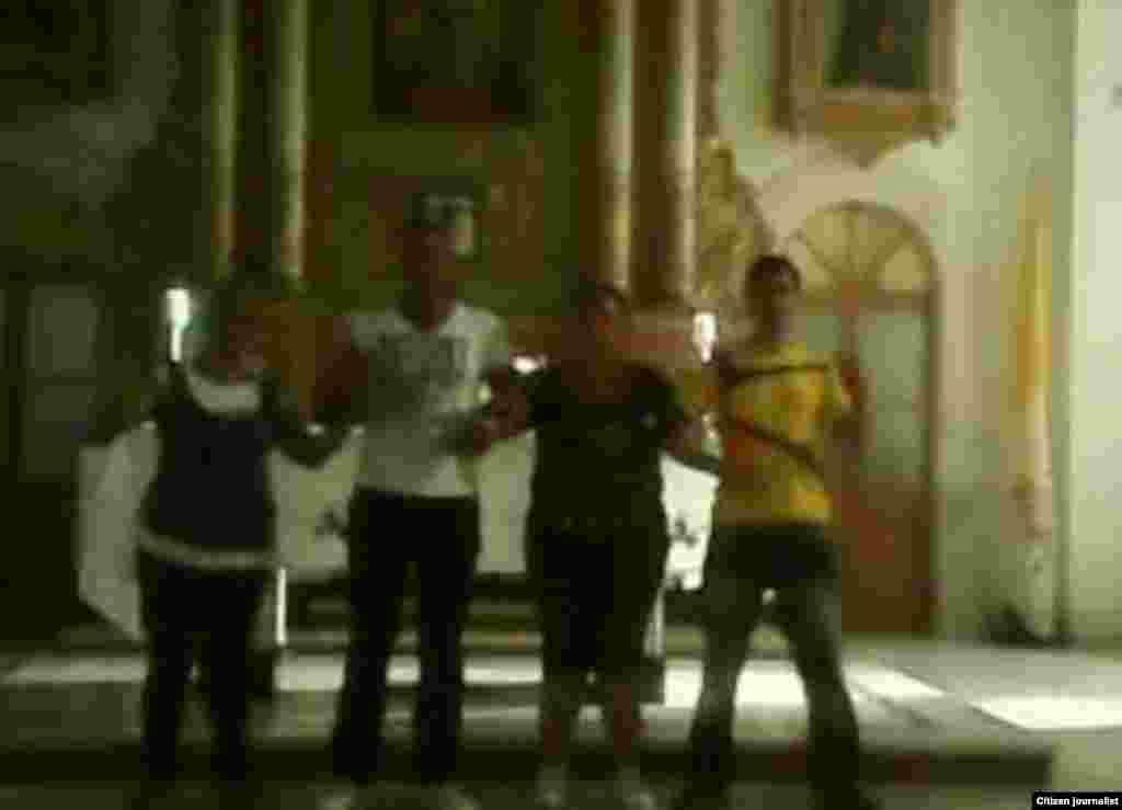 Activistas del PRC dentro del templo en la Catedral de Pinar del Río