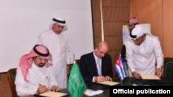 Foto oficial de la firma del acuerdo bilateral de salud el domingo en Riad.