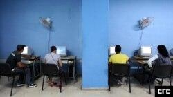Foto de archivo de una sala de navegación en Cuba.