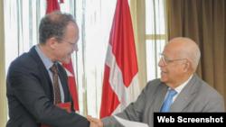 Excmo. Sr. Henrik Bramsen Hahn, Embajador del Reino de Dinamarca en Cuba y el vicepresidente del Consejo de Ministros, Ricardo Cabrisas celebran la firma del acuerdo.