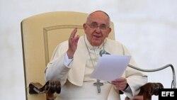 Papa Francisco mientras preside audiencia general.