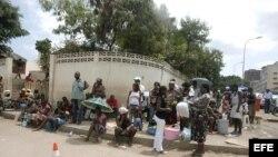 Varias personas esperan consulta a las puertas del Hospital Pediátrico de Luanda.