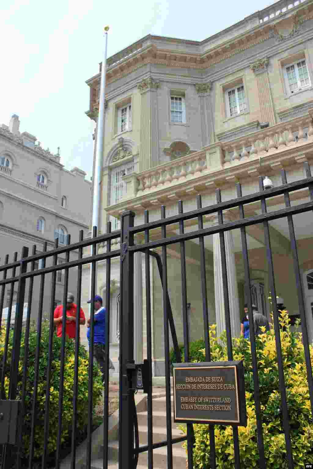 Ya hay mástil para la bandera cubana en la futura embajada de Cuba.