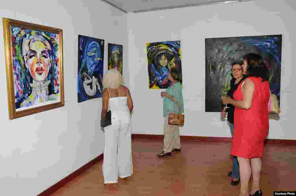 """Público asistente a la expo """"Un cubano en Quisqueya""""."""