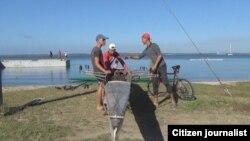 La falta de embarcaciones ha obligado a los remeros a usar botes remendados. Foto Alejandro Tur Valladares