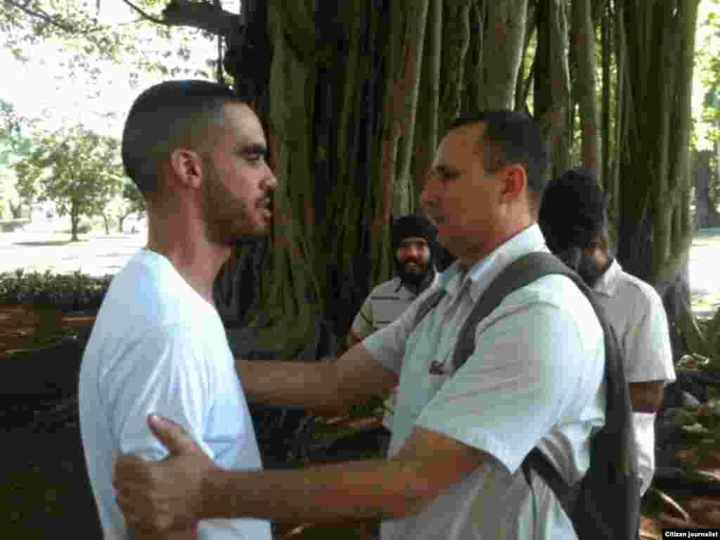 El Sexto en el parque Gandhi, junto al opositor José Daniel Ferrer, el domingo 25 de octubre.