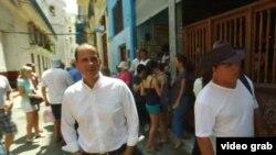 Lemonis camina por una calle de La Habana Vieja. (Captura de video/CNBC)