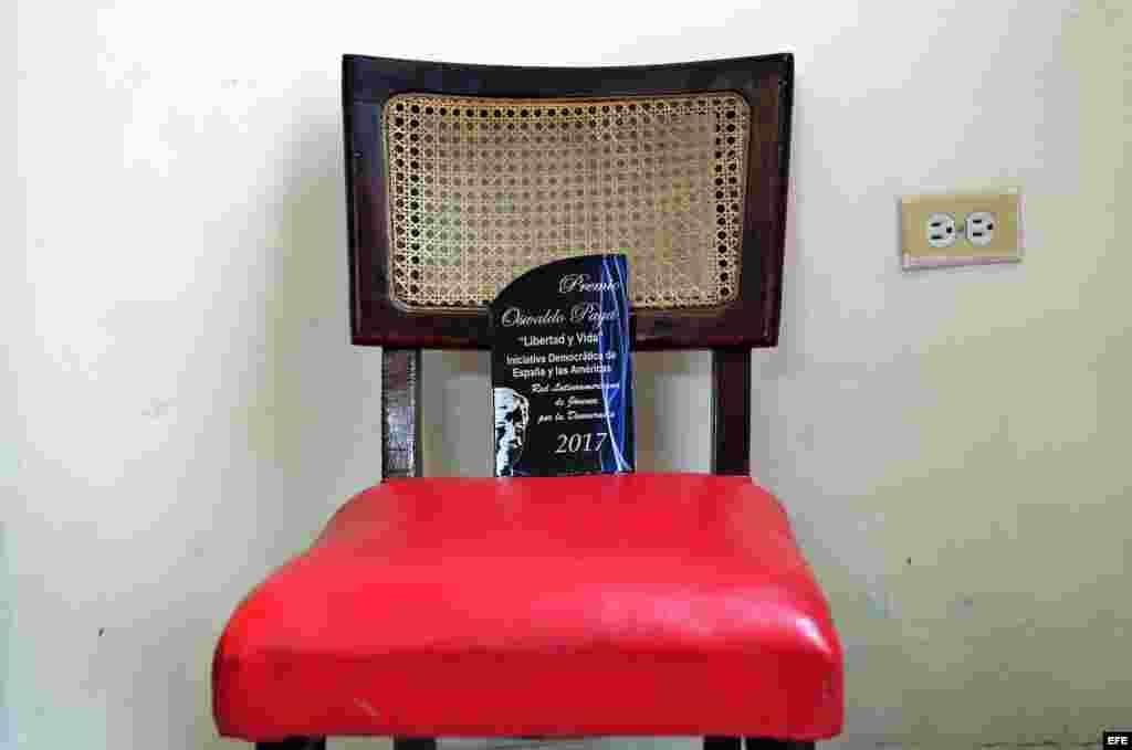 Detalle de una silla vacía que simboliza la ausencia de los expresidentes Andrés Pastrana y Jorge Quiroga a la entrega del premio Oswaldo Payá.