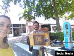 David Berenger, con la cámara fotográfica de cajón con la que se busca el sustento, y junto a él su esposa Lara.