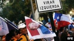 Seguidores de la candidata de la Nueva Mayoría, Michelle Bachelet, celebran tras conocer los primeros los resultados de las elecciones presidenciales y parlamentarias.