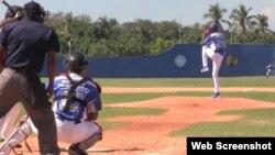 La bola rápida de Yadier Álvarez alcanza las 98 millas por hora.