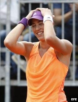 Garbiñe Muguruza celebra su victoria ante la eslovaca Anna Schmiedlova.