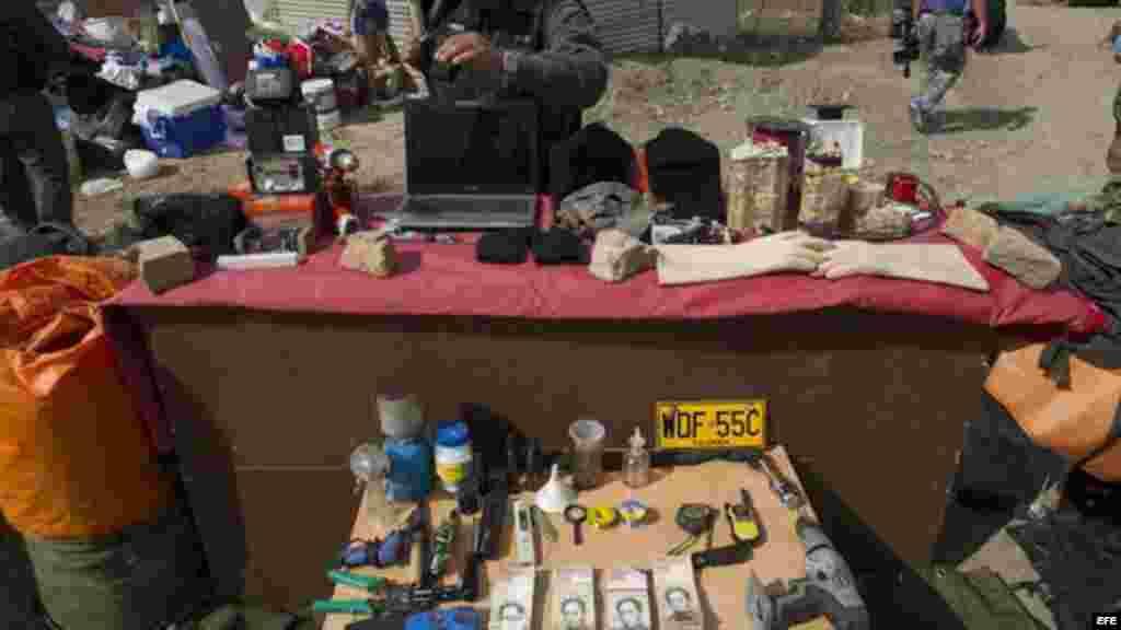Miembro de la Guardia Nacional Bolivariana ordena objetos en requisa efectuada en Táchira