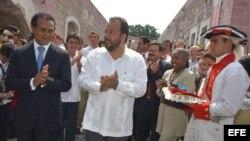 Los ministros de Turismo de Cuba y Francia, Manuel Marrero (dcha), y León Bertrand (izda), respectivamente, aplauden tras inaugurar la XXV Feria Internacional de Turismo de La Habana.