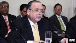 El embajador panameño Guillermo Cochéz (c).