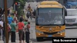 Un microbus Gazelle en La Habana.