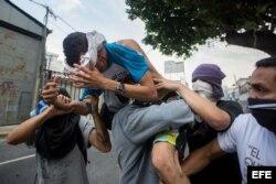 Vista de un hombre herido durante una manifestación el lunes 10 de abril de 2017, en Caracas (Venezuela).