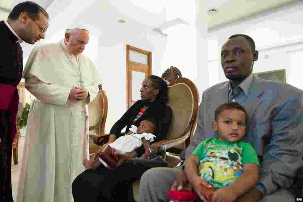 El Papa (2i) junto a la pareja sudanesa Mariam Yahya Ibrahim (c) y su esposo Daniel Wani (R), junto a sus hijos en la Residencia de Santa Marta, en el Vaticano.