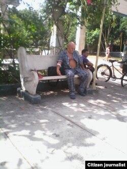 Reporta Cuba. Ramón Martín esperando en las afueras del hospital en Santa Clara. Foto: Damaris Moya.