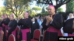 Obispos cubanos aplauden tras la develación de la imagen de la Caridad en los jardines del Vaticano
