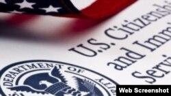 El Servicio de Ciudadanía e Inmigración de Estados Unidos dice que sus agentes necesitan más orientaciones para decidir caso por caso.