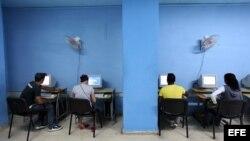 Varias personas acceden a Internet en una sala de navegación en La Habana. EFE