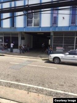 Cubanos esperan fuera de las oficinas de ACNUR en Trinidad y Tobago.