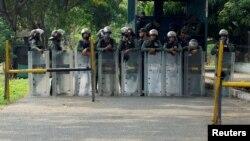 Miembros de la Guardia Nacional custodian la entrada a la cárcel de Los Llanos, en el estado de Portuguesa, Venezuela, el 2 de mayo del 2020.
