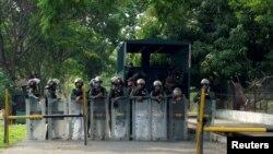 Miembros de la Guardia Nacional custodian la entrada a la cárcel de Los Llanos, en el estado de Portuguesa, Venezuela.