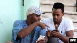 Los cubanos se conectan a internet por medio de WIFI