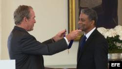 El expresidente George W. Bush condecora a Dr. Biscet.