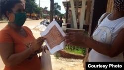 En diferentes partes de Cuba reciben documentos de la Coalición Compromiso Democrático. (Fotos de Leticia Ramos Herrería)