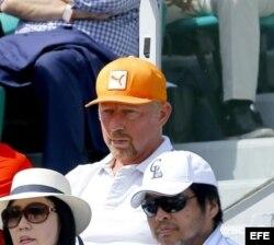 Boris Becker (gorra anaranjada) observa jugar a Djokovic en el French Open 2015.