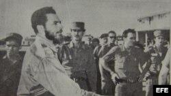 Huber Matos mientras camina hacia la prisión de La Cabaña
