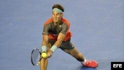 El tenista español Rafael Nadal golpea la bola durante el partido de semifinales del Abierto de Australia de tenis que le enfrentó al suizo Roger Federer en Melbourne (Australia) hoy, viernes 24 de enero de 2014.