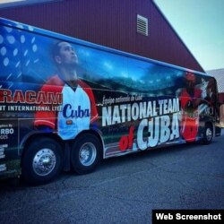 Autobús que traslada al equipo Cuba de béisbol.