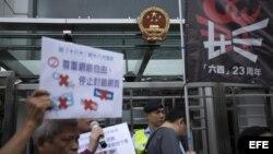 Activistas defensores de la democracia muestran pancartas y corean consignas para pedir al Gobierno que acabe con el mandato unipartidista, la puesta en libertad de presos políticos y acabar con la censura en internet con motivo de la celebración en Pekín.