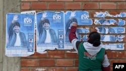Una mujer quita los posters de Evo Morales en El Alto el pasado 11 de noviembre. Aizar RALDES / AFP