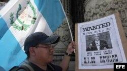 Un ciudadano guatemalteco durante una concentración de manifestantes.