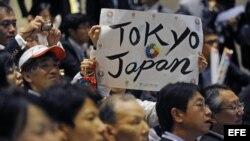 Un grupo de japoneses celebra tras la elección de Tokio como sede de los Juegos Olímpicos de 2020.