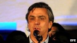 Foto de archivo. El candidato de la Alianza oficialista Pablo Longueira habla después de ganar en las elecciones primarias presidenciales el 30 de junio de 2013, en Santiago de Chile (Chile).