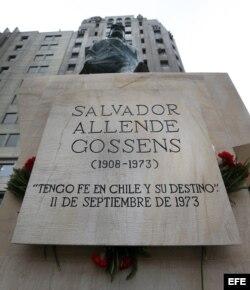 Fotografía del monumento al presidente Salvador Allende en la Plaza de la Constitución a las afueras del Palacio de La Moneda en Santiago de Chile (Chile).