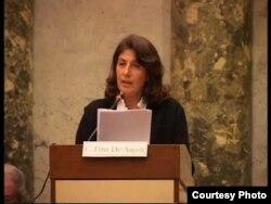 Cristina Frúa de Angeli ofrece una conferencia en el Palacio San Carlos Borromeo de Milán.
