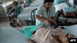 Una doctora chequea la presión sanguínea de una paciente en un hospital de La Habana. (Archivo)