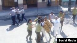 El arresto de Ángel Moya, Berta Soler y Micaela Roll frente a la sede nacional de las Damas de Blanco. Tomado de @DamasdBlanco