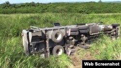 El camión de pasajeros se salió de la carretera y volcó.