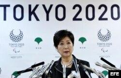 La gobernadora de Tokio, Yuriko Koike, ofrece una rueda de prensa.